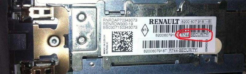 Серийный номер и pre-code на задней части магнитолы Рено