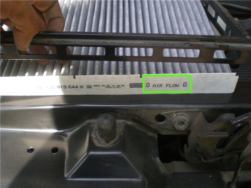 Отсоединяем рамку старого фильтрующего элемента. Для этого просто поднимаем ее вверх. Размещаем в ней новый элемент. В фильтре имеются пазы, которые должны совпасть с выступами на рамке. Стрелкой на фильтре показано направление движения воздуха.