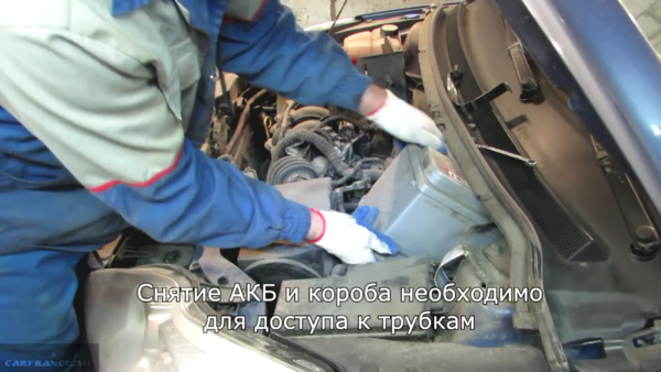 Демонтаж аккумулятора под капотом Форд Фокус 2