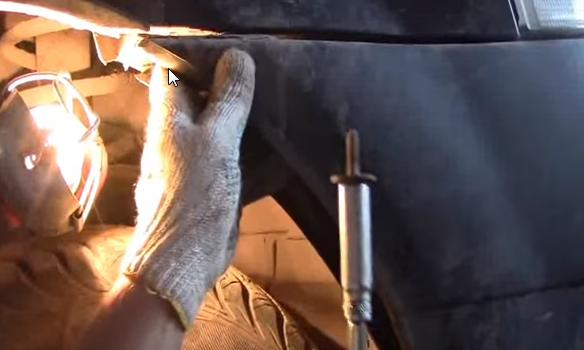 Откручиваем болт крепежа переднего бампера к крылу Рено Логан