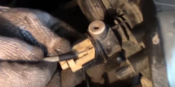 Снятие - установка троса корректора фар Рено Логан