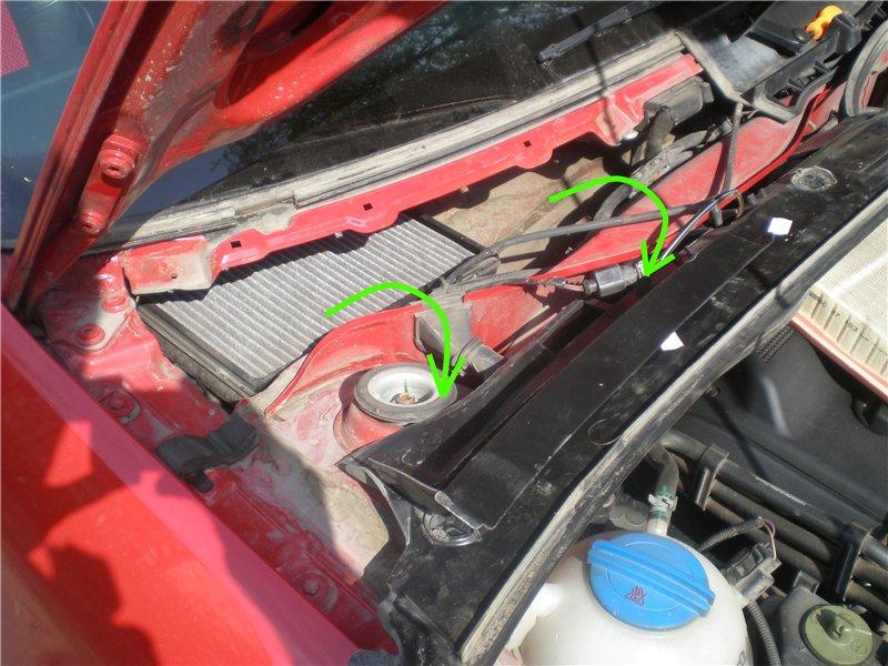 После снятия части панели переворачиваем ее и помещаем свободную часть на двигатель. Не стоит пытаться снять панель полностью, так как ее фиксируют еще и шланги омывателей.