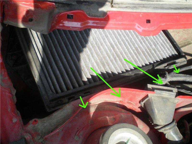 Мы видим перед собой блок фильтрующего элемента и его рамку. Чтобы демонтировать сменный элемент фильтра двигаем вперед две защелки и вытаскиваем рамку блока из пазов. Затем тянем рамку с фильтром вверх и перемещаем ее вперед.