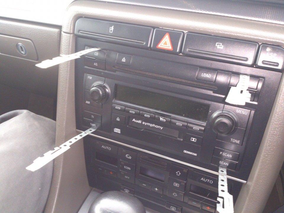 Демонтаж автомагнитолы с помошью специальных ключей