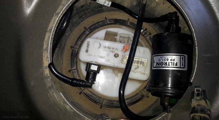 Врезка топливного фильтра в нишу бензонасоса на Рено Дастер