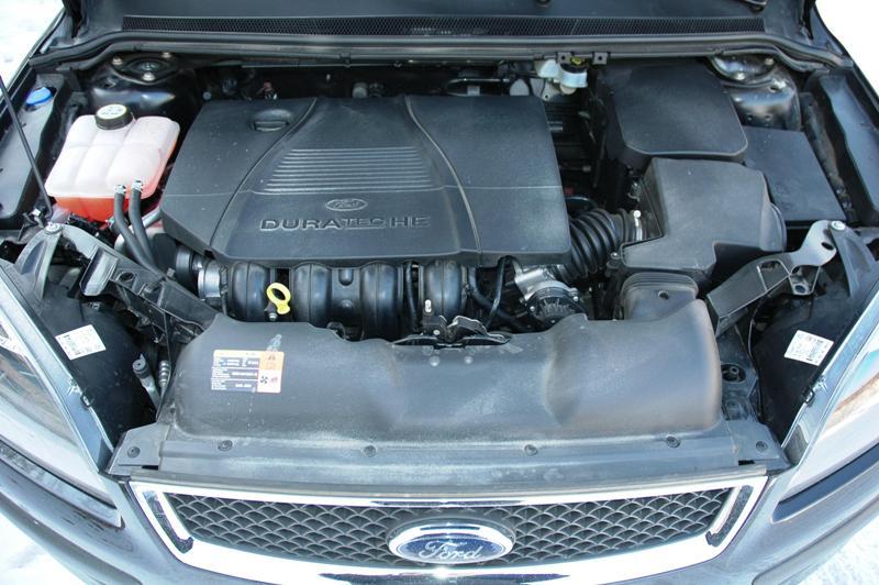 На фото - подготовка Форд Фокус 2 к замене основного топливного фильтра, 38a.ru