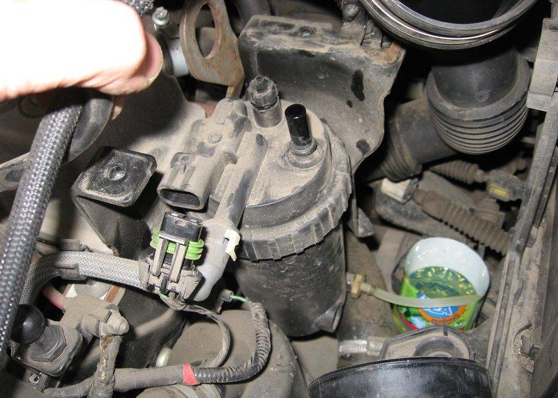 На фото - замена дополнительного топливного фильтра на Форд Фокус 2, ffclub.ru