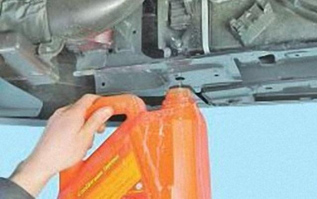 Слив жидкости с радиатора