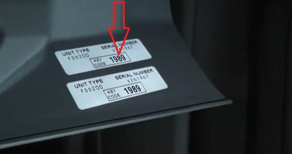 Наклейка на корпусе с кодом раблокировки