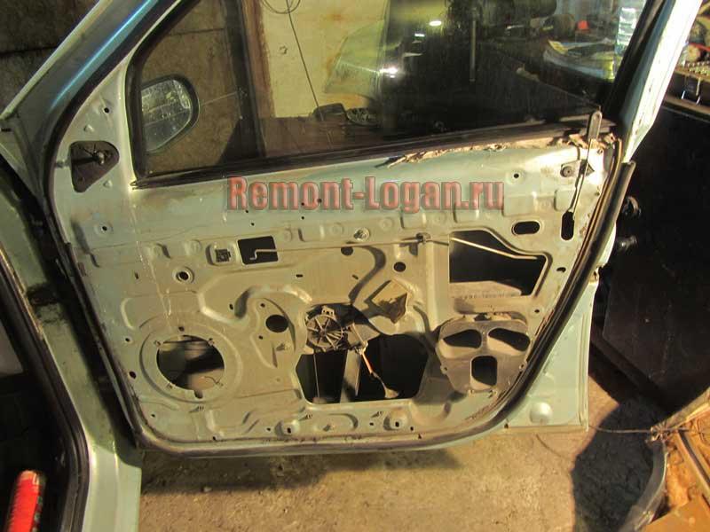 результат снятия обшивки двери на Рено Логан