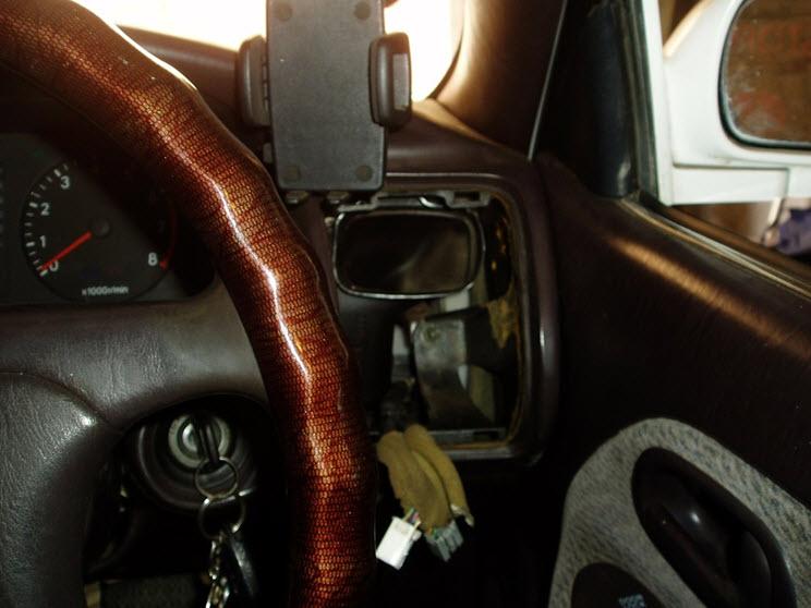 Передняя часть салона со снятой панелью, находящейся с водительской стороны