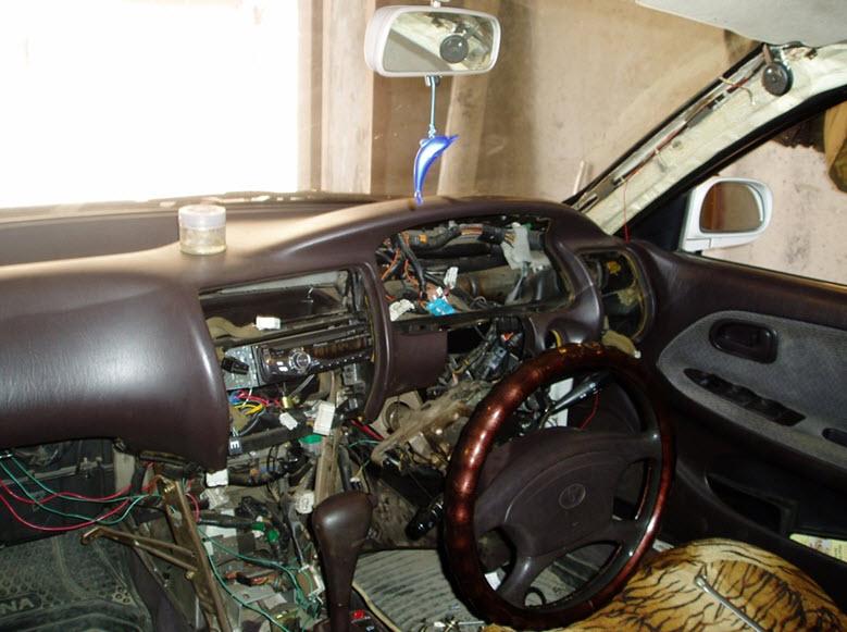 Передняя часть салона со снятым бардачком и панелью коробки передач