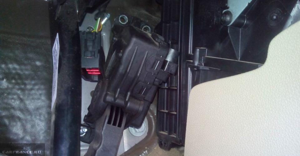Педаль тормоза и крышка салонного фильтра на Форд Фокус 2