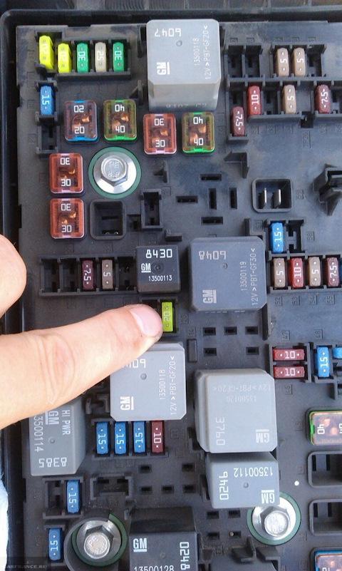 Демонтаж предохранителя на Шевроле Круз топливного насоса