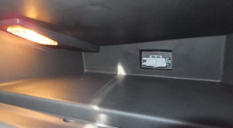 Диагностический разъём OBD в бардачке на Рено Дастер