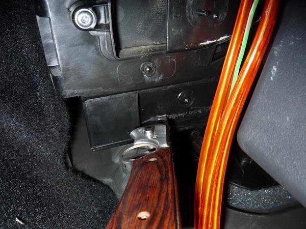 Режем ножом обивку пластика для установки салонного фильтра Рено Логан