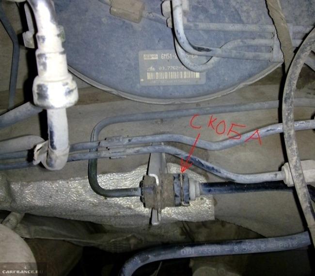 Фиксирующая скоба главного шланга сцепления форд фокус 2 крупным планом
