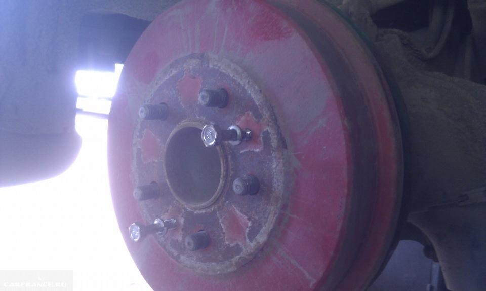 Снятие заднего тормозного барабана съёмником из двух болтов на Форд Фокус 2