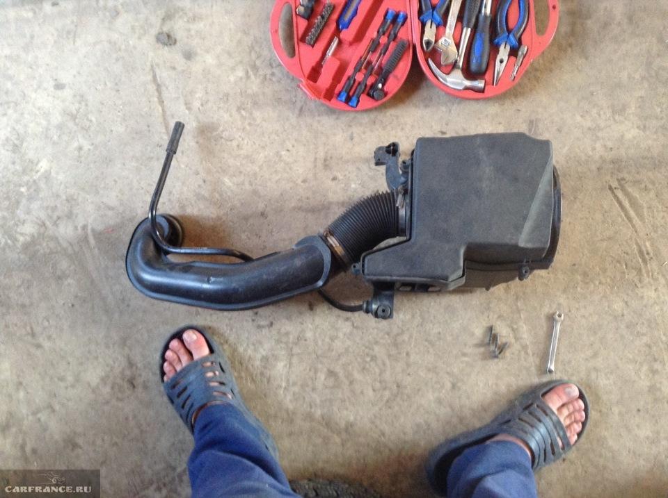 Демонтированный воздушный фильтр на Форд Фокус 2