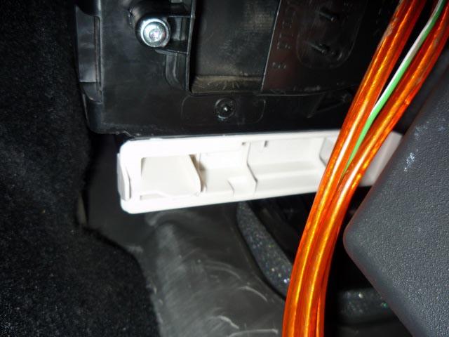 Салонный фильтр установлен под ногами пассажира в Рего Логан