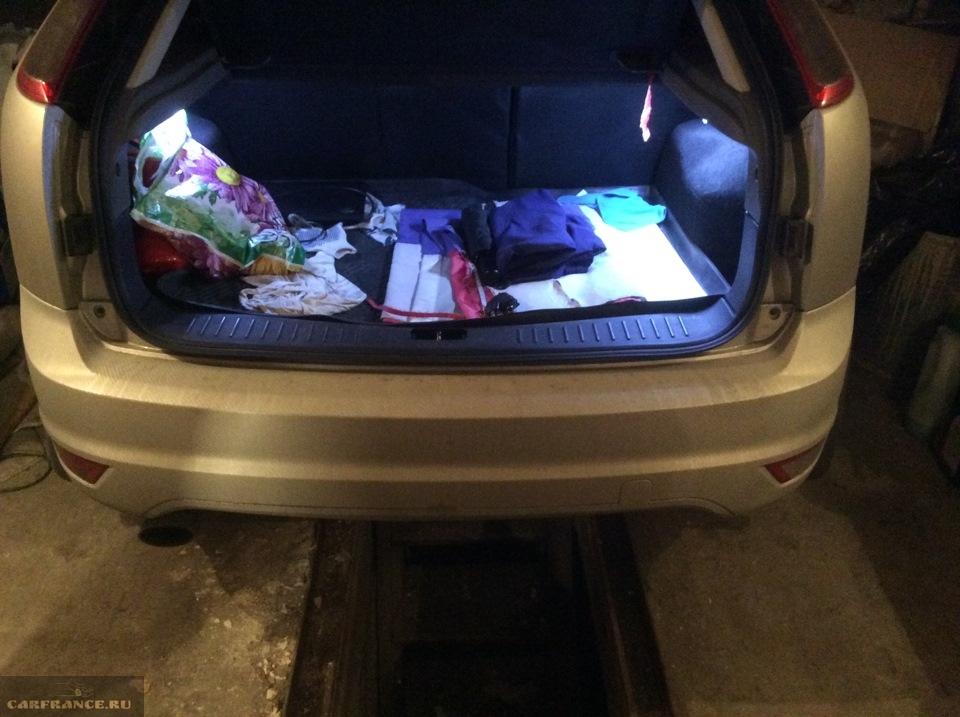 Задний бампер Форд Фокус вблизи рестайлинг