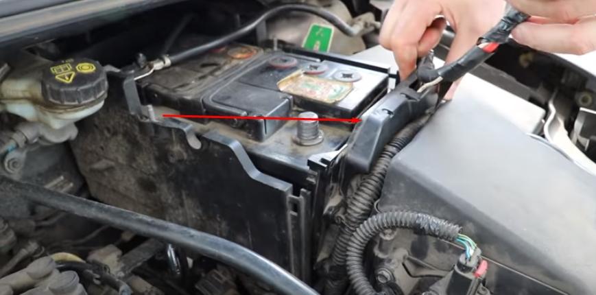Выдвигаем аккумулятор из посадочного места Форд Фокус 3