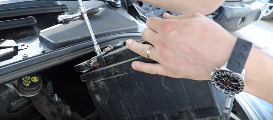 Снимаем минусовую клемму Форд Фокус 3