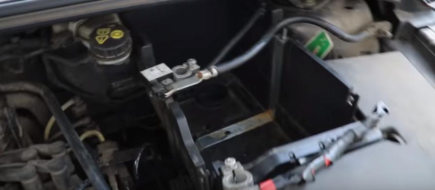 Снимаем аккумулятор Форд Фокус 3