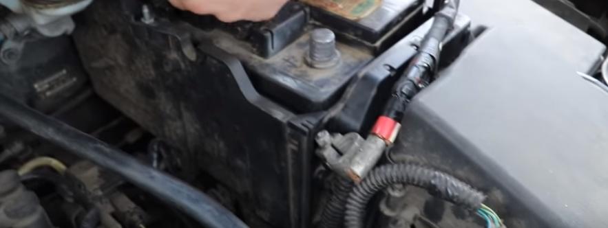 Снимаем плюсовую клемму аккумулятора Форд Фокус 3