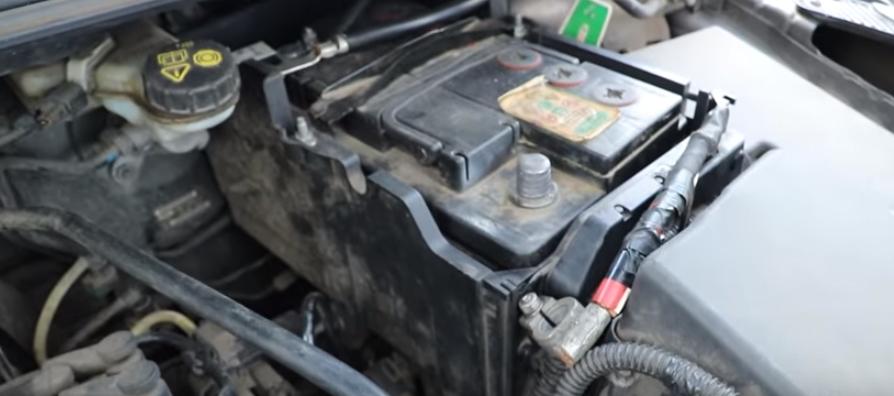 Снимаем декоративную крышку аккумулятора Форд Фокус 3