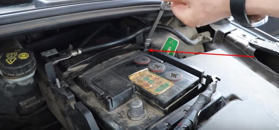 Демонтируем прижимную планку Форд Фокус 3