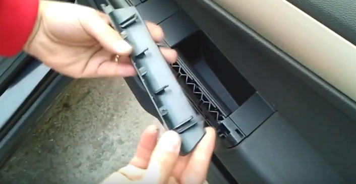 Снимаем ручку закрывания двери Опель Астра H