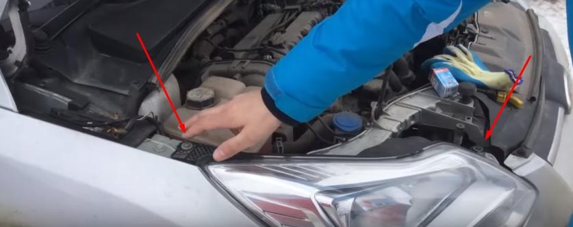 Откручиваем винты крепления фары Форд Фокус 3