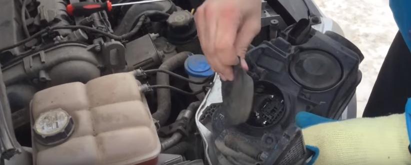 Снимаем резиновый пыльник лампы ближнего света Форд Фокус 3
