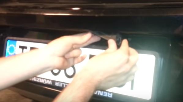 Устанавливаем плафон освещения номеров в крышку багажника Опель Астра H