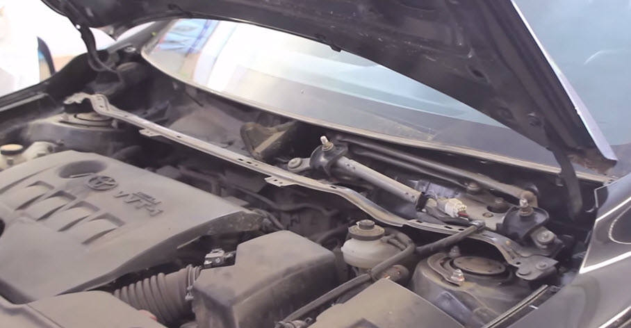 Автомобиль с поднятым капотом