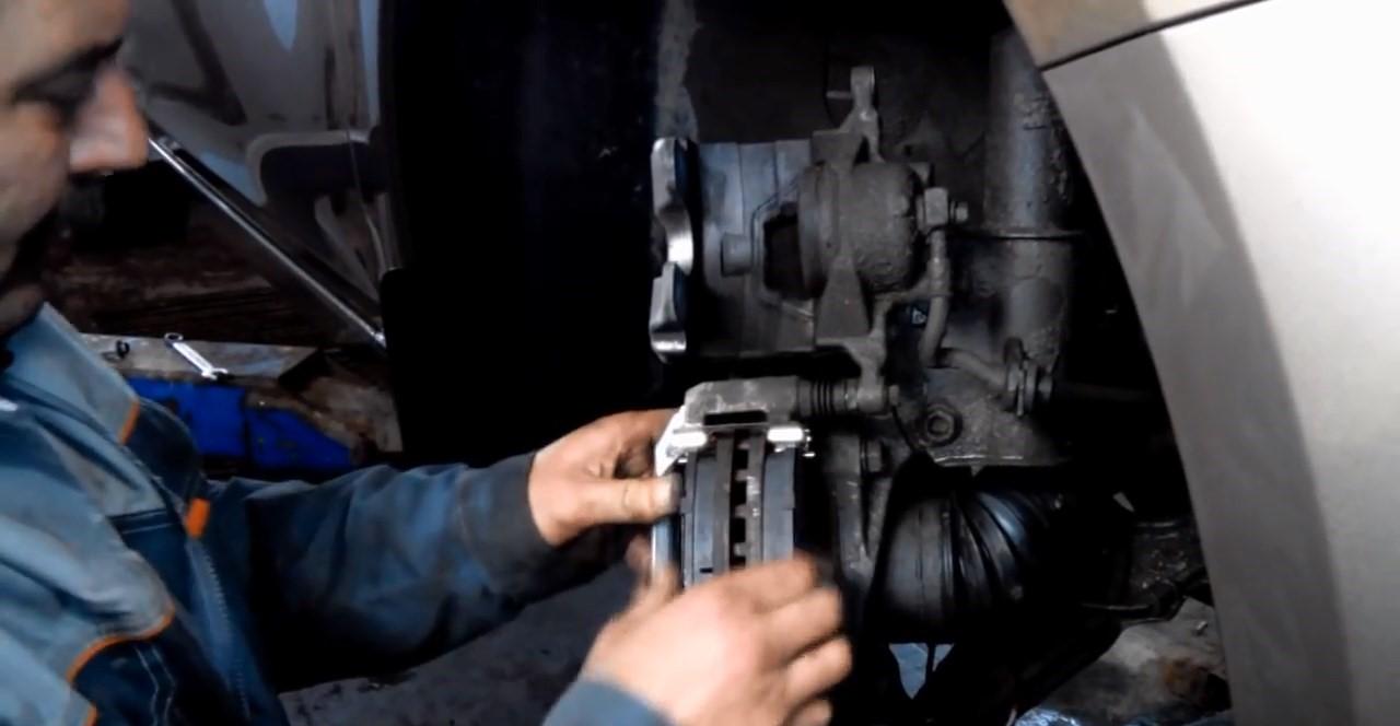 Замена передних тормозных колодок Шевроле Круз