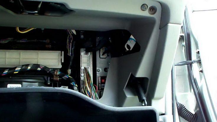 Расположение салонного фильтра в Toyota Camry