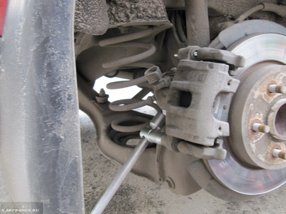 Демонтаж защитных колпачков заднего тормозного механизма на Форд Фокус 2