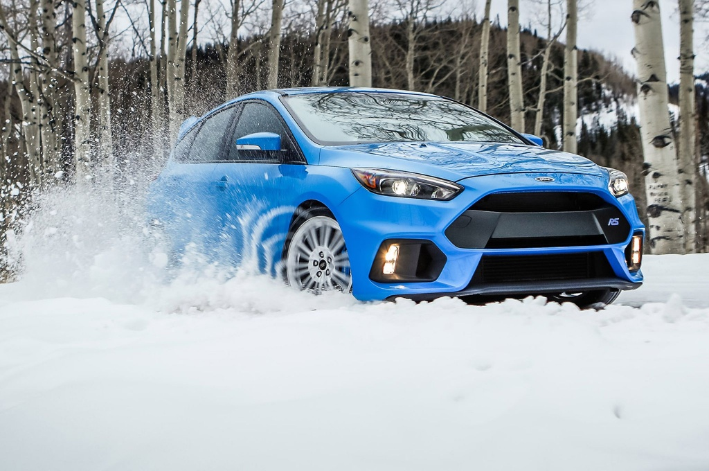 2016-ford-focus-rs-winter-tire-package-sliding-through-snow.jpg