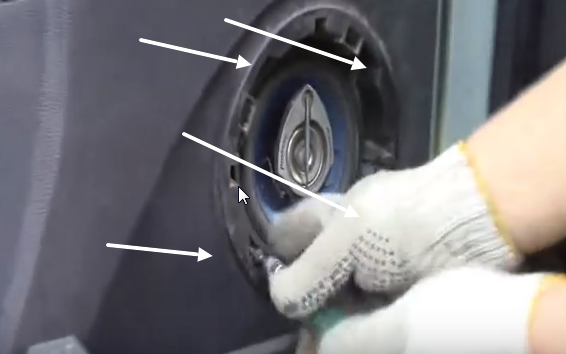 Откручиваем винты крепления динамика двери Рено Логан