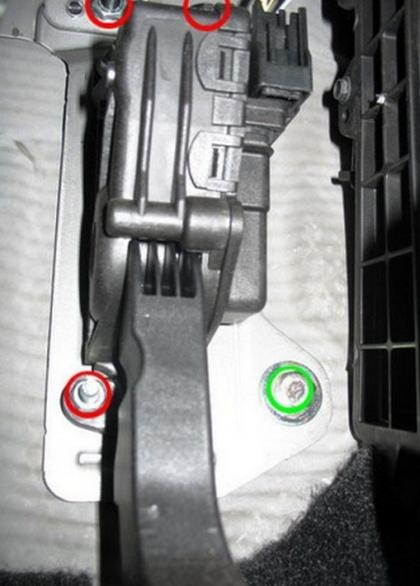 Гайки, удерживающие педаль газа на Форд Фокус 2