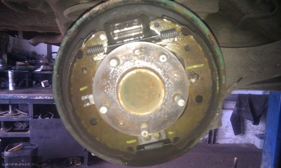 Осмотр тормозного механизма на Форд Фокус 2 барабанные тормоза внутри