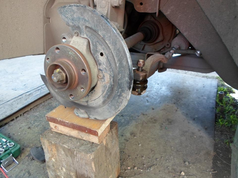обработали WD-40 крепление рулевого наконечника к к ступице на Рено Логан