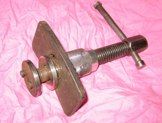 Специальный прибор для вдавливания тормозного поршня