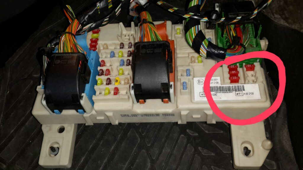 На фото отмечено расположение модуля в блоке предохранителей