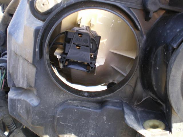 Патрон нажимается с нижней стороны, там специально нанесены указывающие полоски