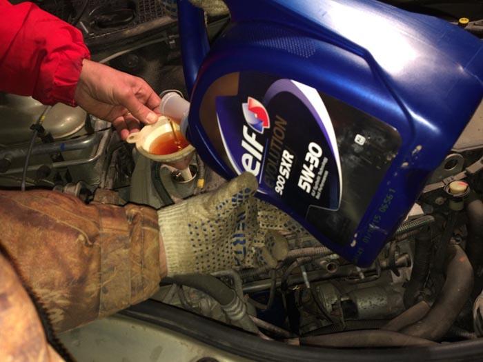 Заливка нового моторного масла в бензиновый двигатель Рено Дастер