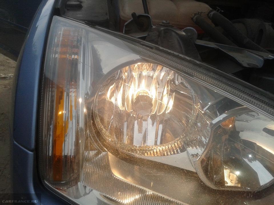 Фара с включенным ближнем светом на автомобиле Форд Фокус 2