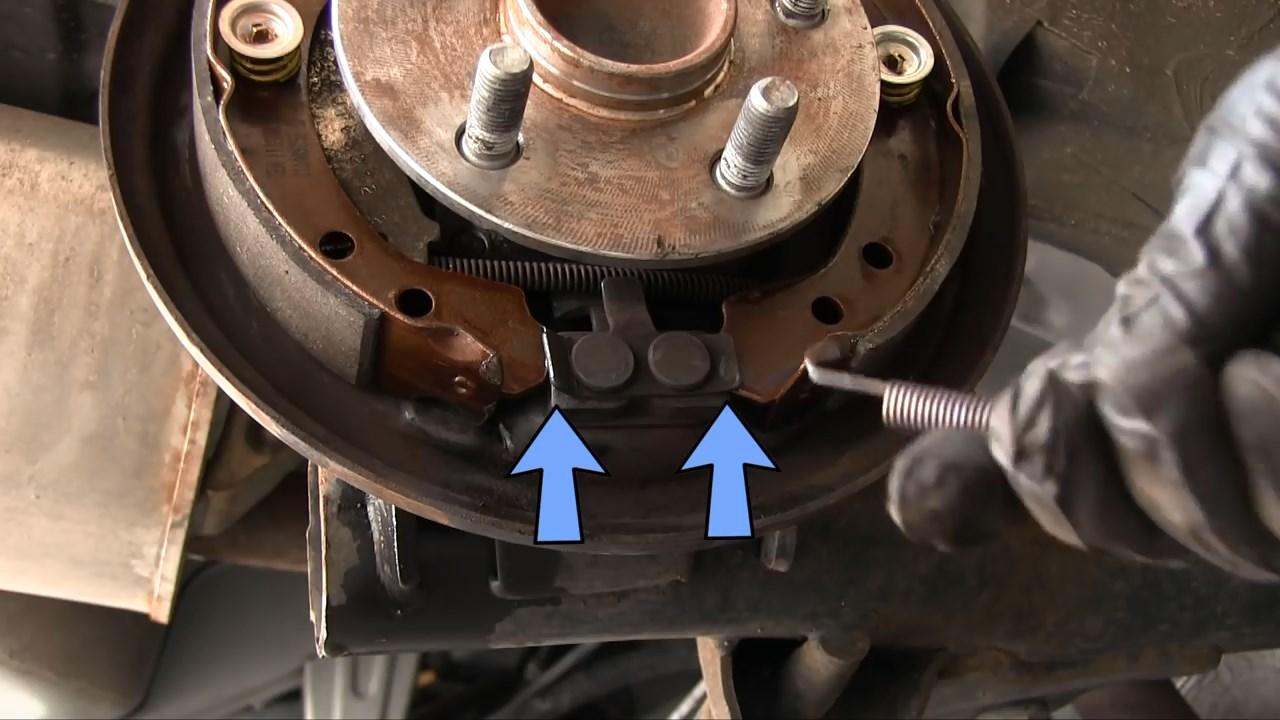 Монтаж задних тормозных колодок Тойота Королла